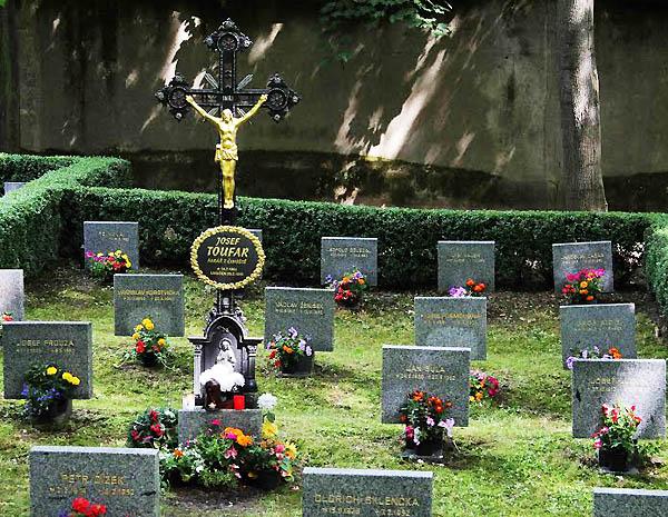 symbolický náhrobek P. Toufara